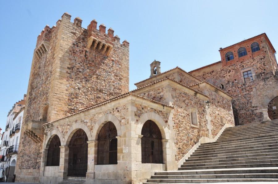 Torre_de_Bujaco_y_Ermita_de_la_Paz,_Cáceres