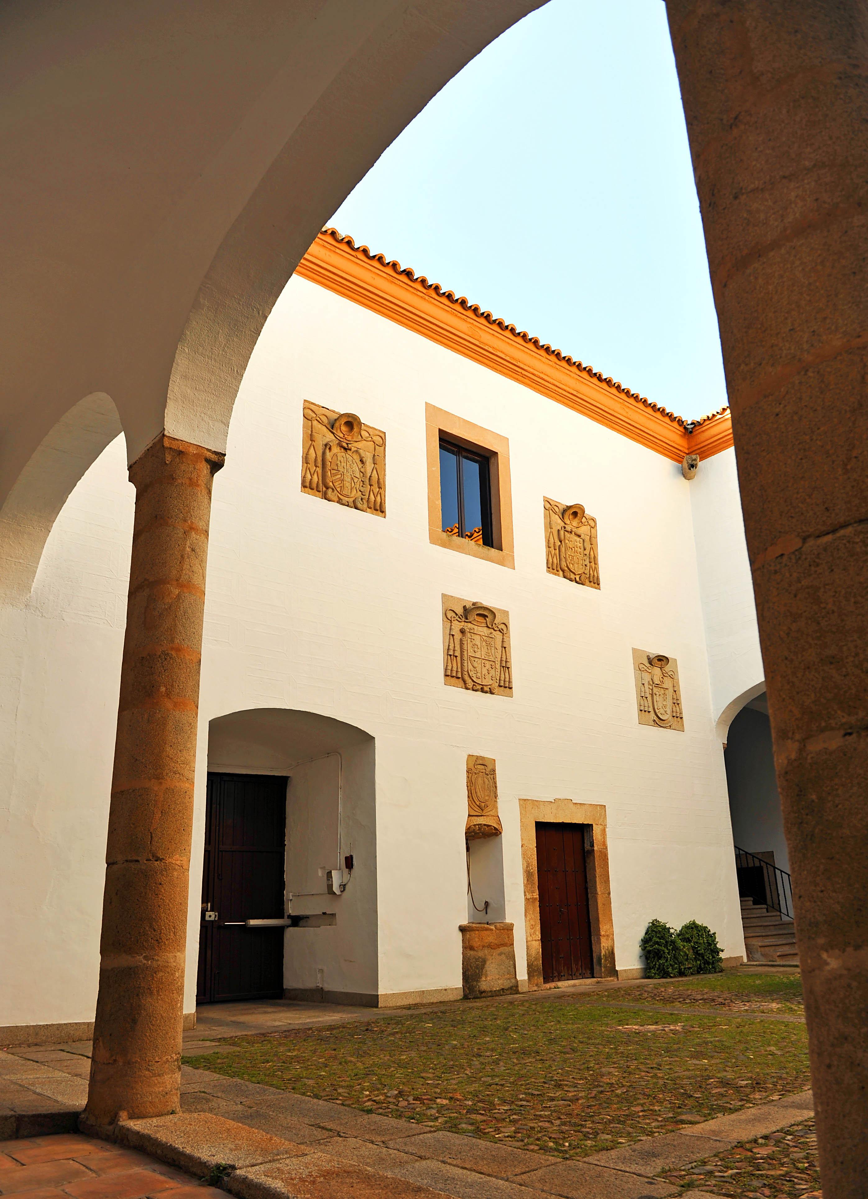 Patio del Palacio Episcopal de Cáceres, España